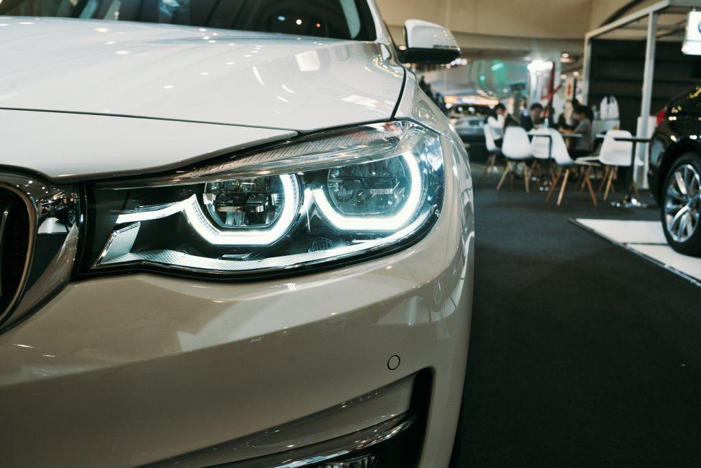 Einbruch als Risiko für Autohäuser. Photo by Max Rovensky on Unsplash