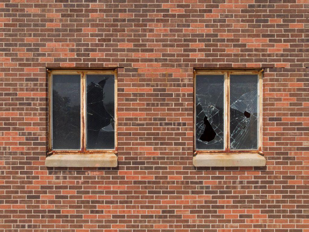 Vandalismus-Delikte nehmen derzeit wieder zu. Mit Sicherheitstechnik von ALMAS INDUSTRIES können Unternehmen effektive Vorsorge treffen.