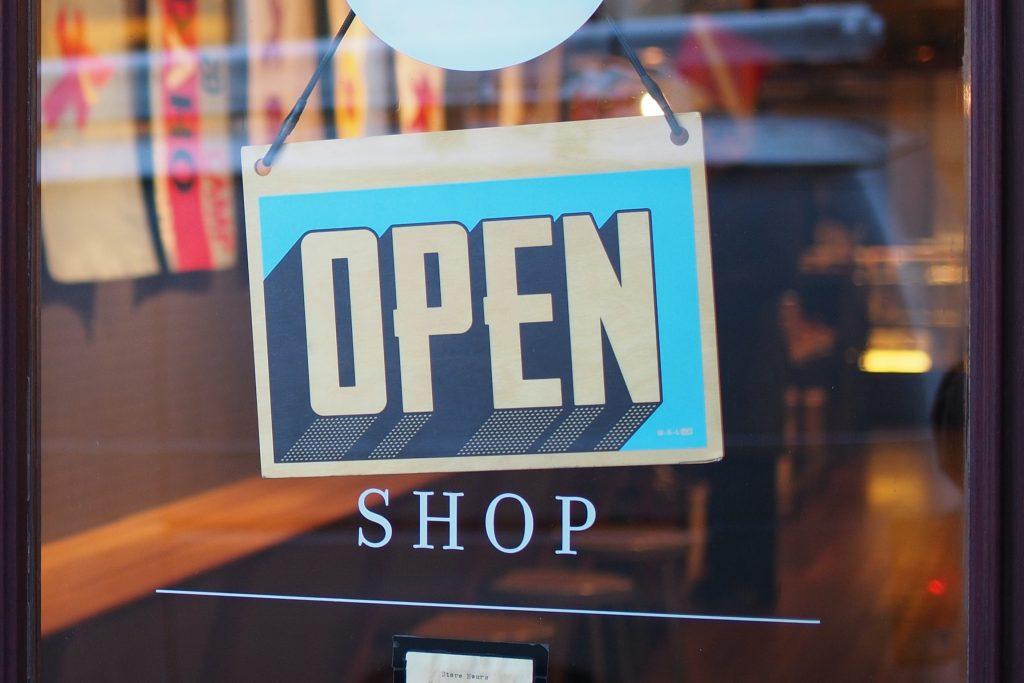Bald könnte es wieder soweit sein: Der Einzelhandel öffnet. Doch kurz zuvor wittern Einbrecher besonders gute Bedingungen für einen Last-Minute-Ladendiebstahl. Mit Technik von ALMAS INDUSTRIES wird ihnen das so schwer wie möglich gemacht.