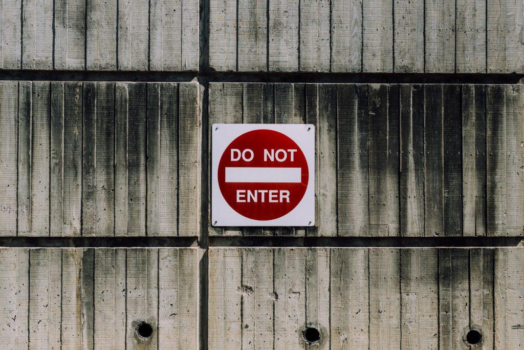 Effektiver als bloß ein Warnschild: Intelligente Zutrittskontrolle von ALMAS INDUSTRIES schützt relevante Bereiche zuverlässig und nach individueller Vorgabe. | Photo by Kyle Glenn on Unsplash