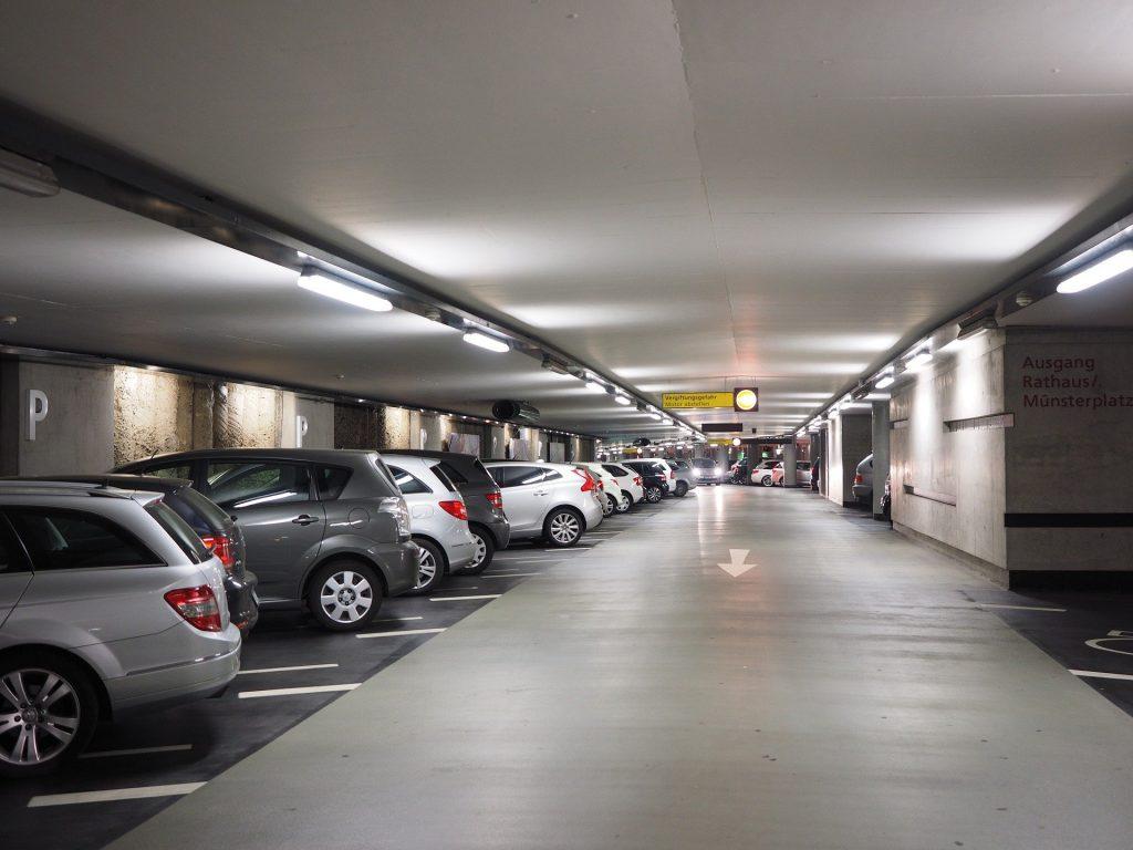 Sichern Sie mit ALMAS INDUSTRIES aktiv den zu Ihrem Unternehmen gehörenden Parkplatz. | Bild von Hans Braxmeier auf Pixabay